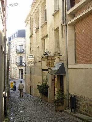 La maison de ce grand homme qui y vécut de 1787 à 1789 se trouve à deux pas  à l\u0027angle de la petite rue des rapporteurs.